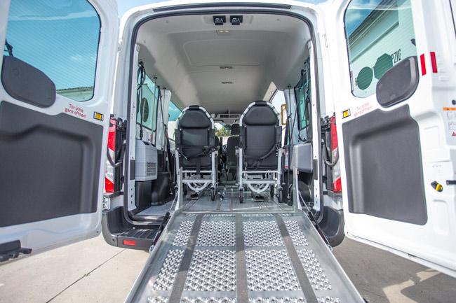 Der Krankenfahrdienst mit Tragestuhl und Rollstuhl Rampe